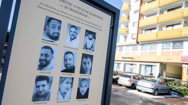 In Memorian: Enthüllt wurde die Tafel im Beisein von Familienangehörigen und Freunden der Getöteten.