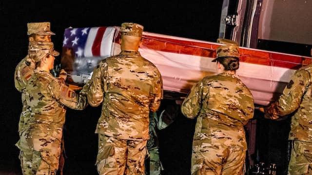 Soldaten überführen am Sonntag den Sarg mit einem der Opfer des Attentats von Pensacola