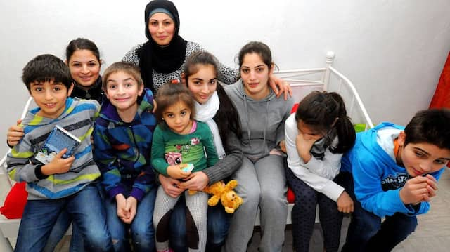 Große Familie: Nadja Khodr mit acht ihrer 14 Kindern. Sie ist stolz, dass sie alle auf einem guten Weg sind