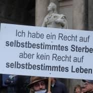Das Bundesverfassungsgericht weckt Erwartungen bei den Bürgern und schafft damit Erklärungsbedarf für die Wissenschaft: Demonstration von Gegnern der Pandemie-Maßnahmen vor der Schiller-Statue auf dem Dresdner Theaterplatz am 31. Oktober 2020.