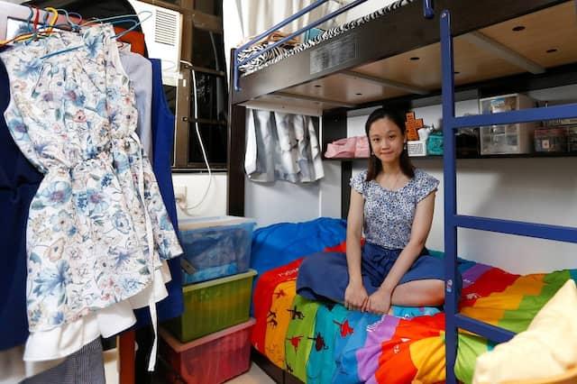 """Eunice Wai, 30 Jahre, Lehrerin, wohnt gemeinsam mit ihren Eltern und ihrem Bruder. """"Der Wohnungsmarkt ist unfair – wenige Firmen kontrollieren den Markt."""""""