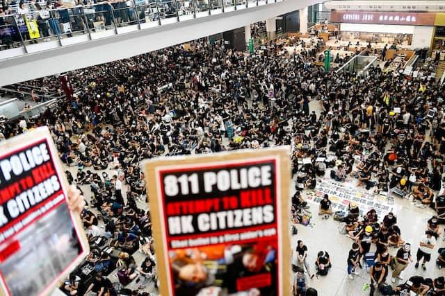 Tausende Demonstranten haben sich am Montag am Flughafen in Hongkong versammelt.