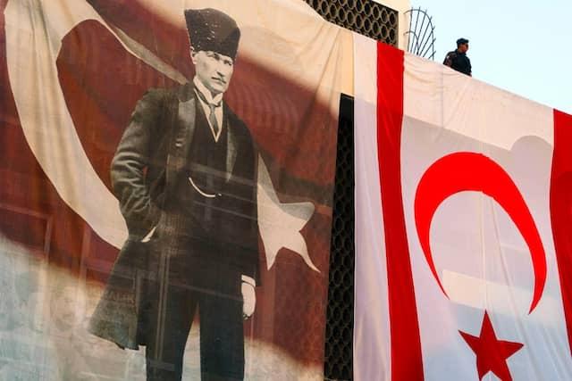 Mustafa Kemal Atatürk ist noch heute ein wichtiges Symbol für die Selbstbehauptung der Türkei und ihr Nationalbewusstsein. Hier bei einer Demo von Erdogan-Unterstützern.