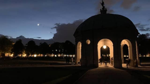 Der Tempel im Münchner Hofgarten am zweiten Abend nach der Öffnung der Außengastronomie