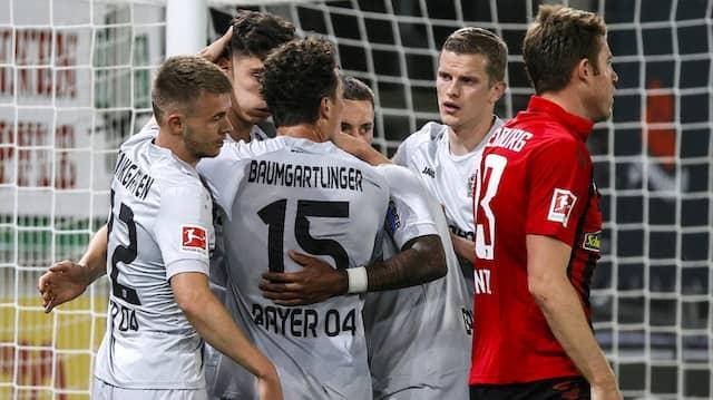 Nach dem 1:0 durch Kai Havertz vergessen die Leverkusener für einen Moment auch die Abstandsregeln.