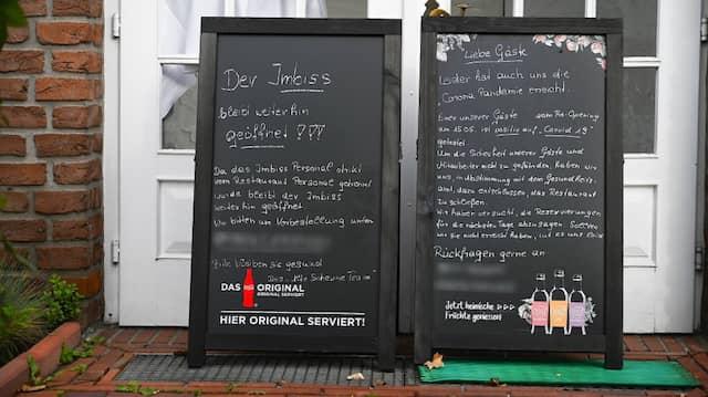 Schilder stehen vor dem Restaurant in Leer, in dem mutmaßlich eine Veranstaltung mit 40 Personen stattfand.