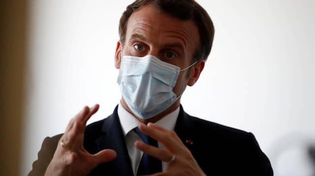 Inzwischen auch geschützt: Präsident Macron mit Mundschutz