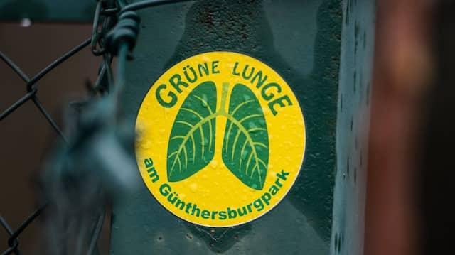 """Die """"grüne Lunge"""" Frankfurts: Bebauungsgegner haben Aufkleber verteilt."""
