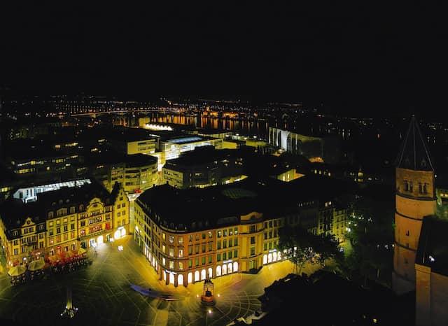 Die Mainzer Innenstadt bei Nacht vom Dom aus
