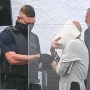 Der Angeklagte bekommt zur Urteilsverkündung vor dem Landgericht Stuttgart im Gerichtssaal seine Handschellen abgenommen.