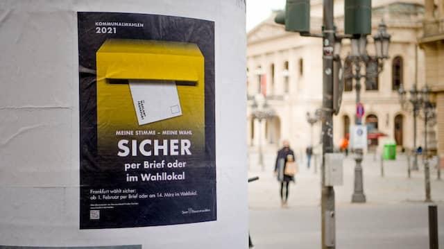 Sicher ist einfach sicher: Zur Kommunalwahl in Hessen werben Plakate wie hier in Frankfurt aktiv für die Briefwahl.