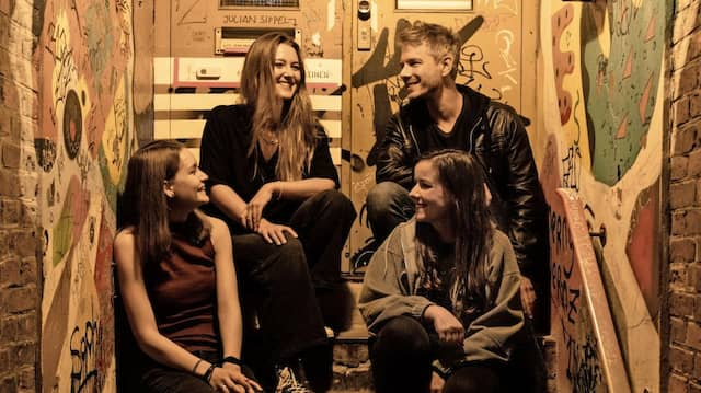 """Den Kopf auf """"Reset"""": Anne, Josephine, René und Clara (von links) unterstützen die Clubszene, aber ans Tanzen müssen sie sich erst wieder gewöhnen."""