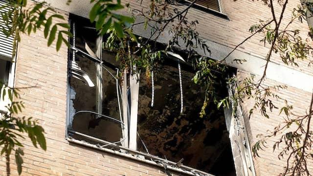 Ausgebrannt: Fenster des Zimmers in dem Düsseldorfer Krankenhaus, in dem das Feuer ausbrach