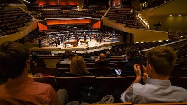 Endlich wieder tausend Menschen in der Berliner Philharmonie, und alle sind getestet: Das Konzert 20. März in der Berliner Philharmonie
