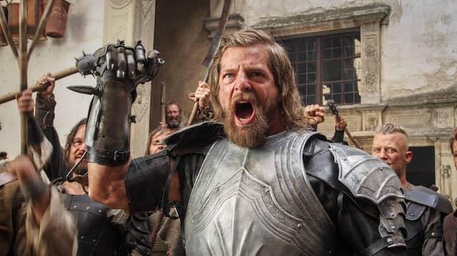 Sieh, du Winzling, diese Eisenfaust: Henning Baum schreckt als Götz von Berlichingen vor keiner Bedrohung und keinem Gegner zurück.