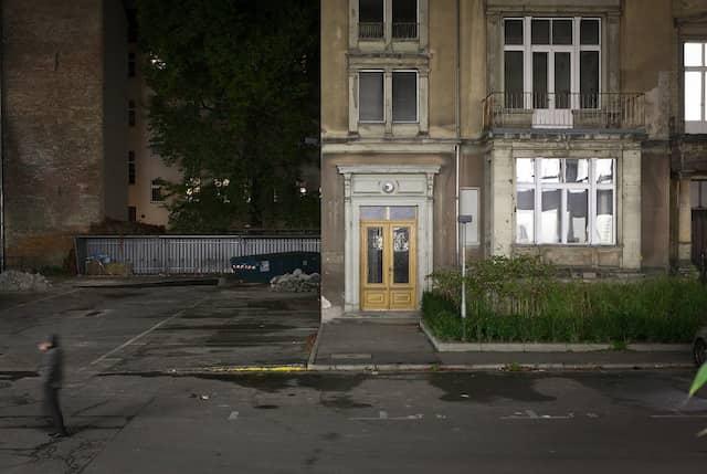 """Der Reiz der Brachen und Ruinen - das Verwaltungsgebäude auf dem Areal der alten """"Tagesspiegel""""-Druckerei. Eine neue Tür wurde eingebaut. Die Gebäude werden von Galerien genutzt."""