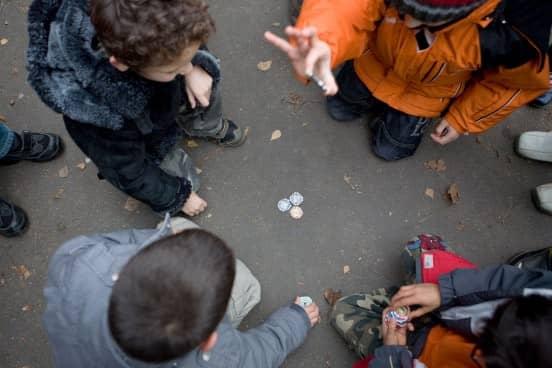 """Übungsraum Schulhof: Schulkinder einer Frankfurter Schule handeln mit """"Wrestling Chips"""""""