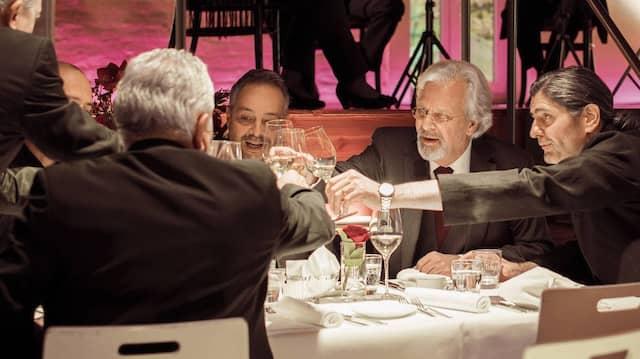 EU-Kommissar Joseph Sattler (Peter Sattmann, mit Brille) speist mit Antonino Primavera (Ciro de Chiara, rechts), bei dem die Polizei Kontakte zur sizilianischen Mafia vermutet.