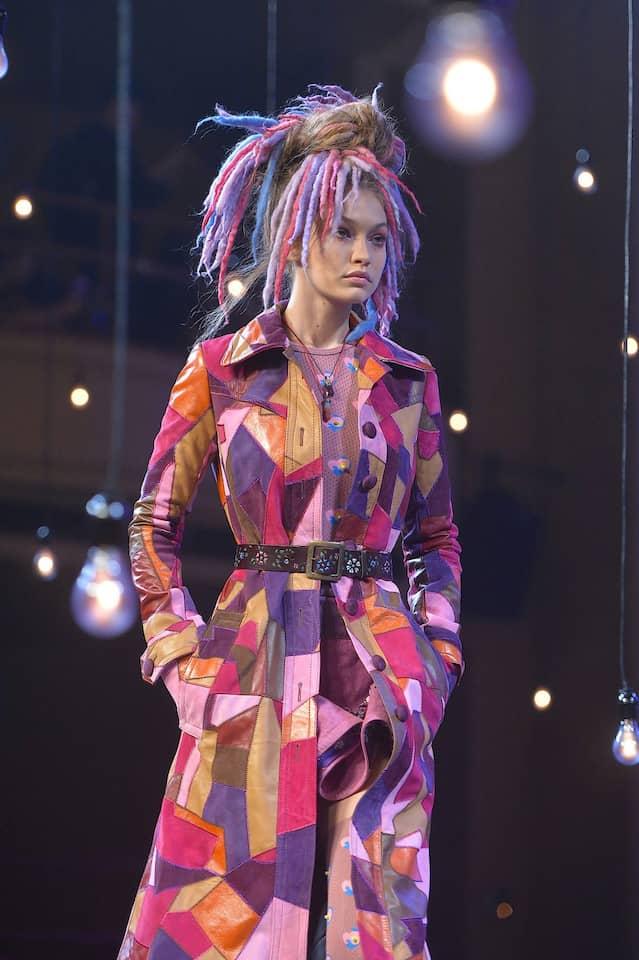 Wem gehört diese Frisur? Weißes Model mit bunten Dreadlocks bei Marc Jacobs' Schau im September 2016