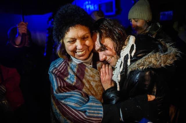 Asli Erdogan mit ihrer Mutter Mine (links) nach der Entlassung aus der Haft.