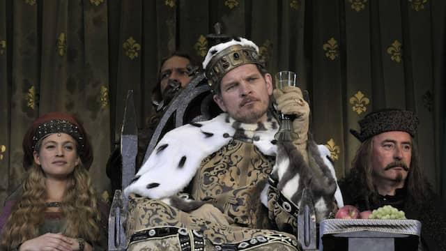 Das muss der König sein, der hier Sigismund heißt und von Götz Otto gespielt wird