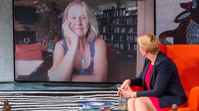Bundesministerin Franziska Giffey im Gespräch mit Cornelia Funke bei der Verleihung des Jungendliteraturpreises im Berliner Grips Theater