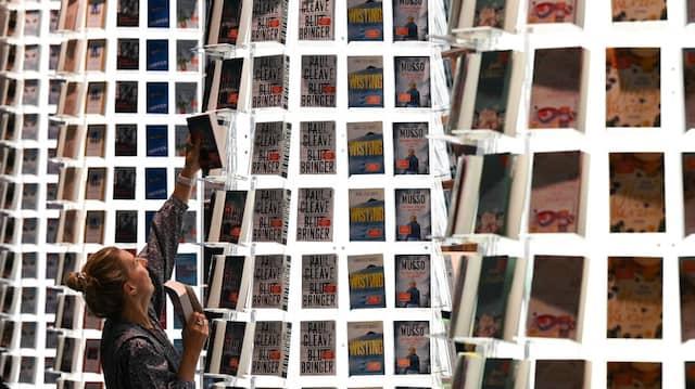 Kurz vor der Eröffnung: Eine Mitarbeiterin ist auf der Frankfurter Buchmesse mit Aufbauarbeiten beschäftigt.
