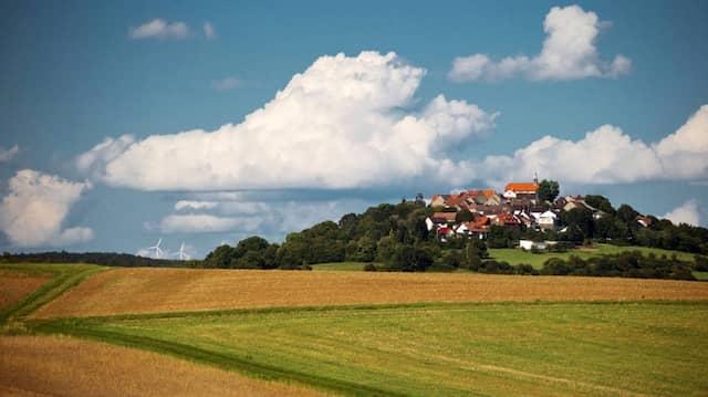 Sieh nur die Windräder am Horizont: Mit ihnen anfreunden kann sich im malerischen Vogelsbergdorf Stornfels niemand, aber damit abgefunden haben sich die Leute.