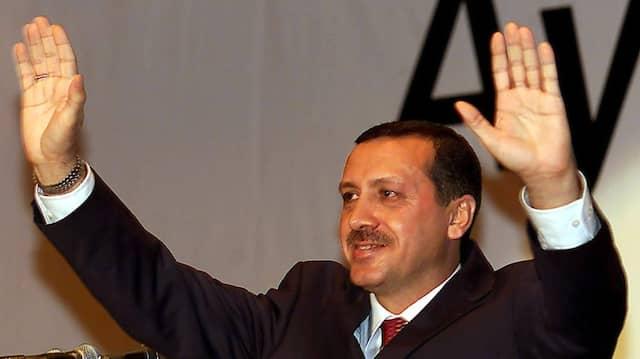 Eine neue Partei ist gegründet: Recep Tayyip Erdogan grüßt seine Anhänger Mitte August 2001 in Ankara.