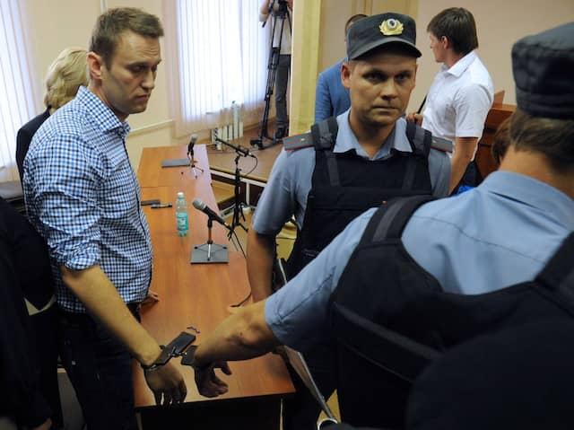 Nach dem Urteil: Der russiche Blogger Aleksej Nawalnyi wird in Handschellen abgeführt