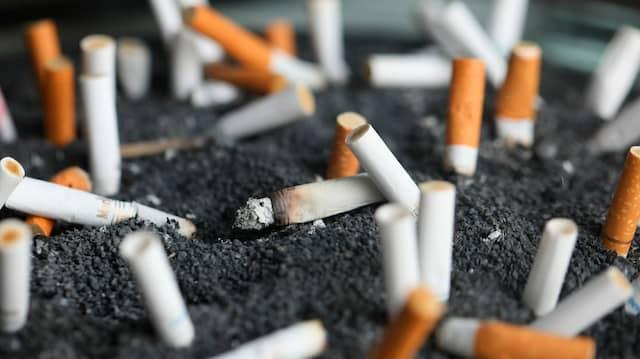 """Es ist sozial """"ansteckend"""" – wie viele Entscheidungen hängt auch das Rauchen stark vom sozialen Umfeld ab."""