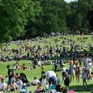 """""""Betreten verboten"""" ist passé: Wie im Jardin de Montsouris tummeln sich die Massen auch in kleinen, besonders schützenswerten Parks."""
