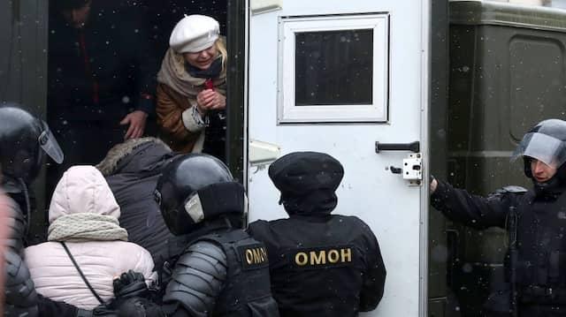 """Wahllos verhaftet die Polizei Demonstranten beim inoffiziellen """"Freedom Day"""" in Minsk am 25. März."""