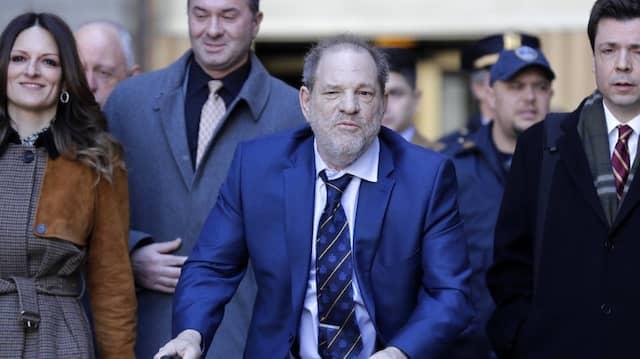 Harvey Weinstein verlässt das New Yorker Gericht