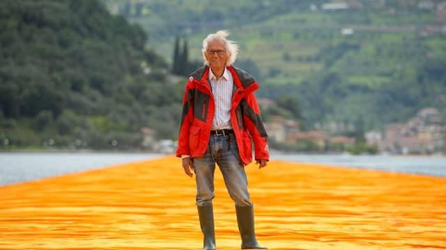 Er ging sogar über Wasser: Christo im Juni 2016 auf seiner monumentalen Installation The Floating Piers auf dem Lago d`Iseo in Norditalien.