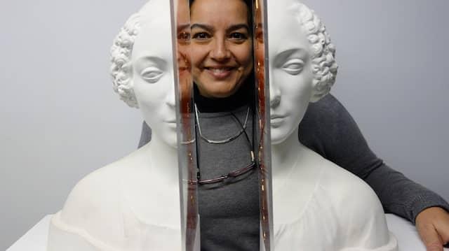 """Die Galeristin Begoña Martínez in Alicante hinter der Gipsbüste """"Silencio autocensurado"""" (Selbstzensiertes Schweigen, 2016) der Konzeptkünstlerin Concha Jerez."""