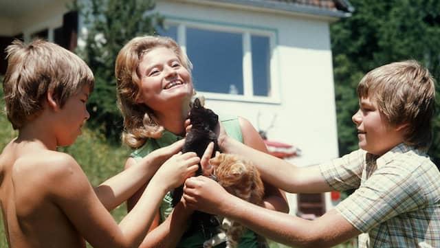 Hannelore Kohl mit den beiden Söhnen und zwei Kätzchen im Sommerurlaub 1975