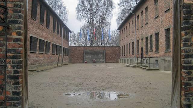 """<CW-6>Die """"Todeswand"""" im Stammlager des Konzentrationslagers Auschwitz zwischen Block 10 und Block 11. Vor ihr wurden Tausende von Menschen ermordet."""