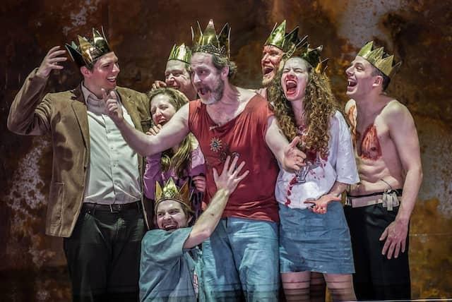 """Gekrönte Häupter: Das Ensemble spielt """"Die Weber""""."""