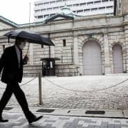 Trübe Stimmung: Passant vor dem Sitz der japanischen Notenbank in Tokio