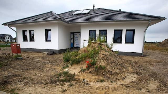 Bevor das Eigenheim errichtet werden kann, müssen Bauherren erstmal ein geeignetes Grundstück finden.