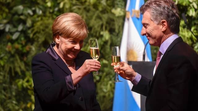 Er macht die Wirtschaft fit, und sie hilft ihm dabei: Mauricio Macri (r.), Argentiniens Präsident, und Angela Merkel in Buenos Aires.