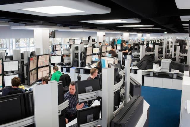Das Herz von Optiver: Der Handelsraum. Jeder Händler hat sechs Bildschirme in Fernsehergröße