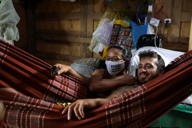 Vanda und ihr Mann Sidnei ruhen sich gemeinsam in einer Hängematte aus.