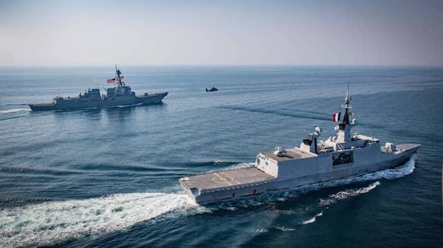 Die französische Fregatte Le Courbet im November 2018 bei einem Manöver zusammen mit einem französischen Militärhubschrauber und einem amerikanischen Marineschiff.