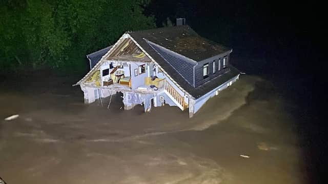 Das Haus der Familie Villinger in der Flutnacht um 23.14 – zweieinhalb Stunden später wurde es von den Wassermassen mitgerissen.
