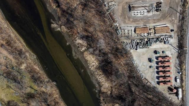 Zugeführte Öle und andere brennbare Stoffe setzten den Cuyahoga River in Ohio im letzten Jahrhundert immer wieder in Brand. Bemühungen führten 1972 schließlich zum sogenanneten Clean Water Act, um den Fluss sauber zu halten.