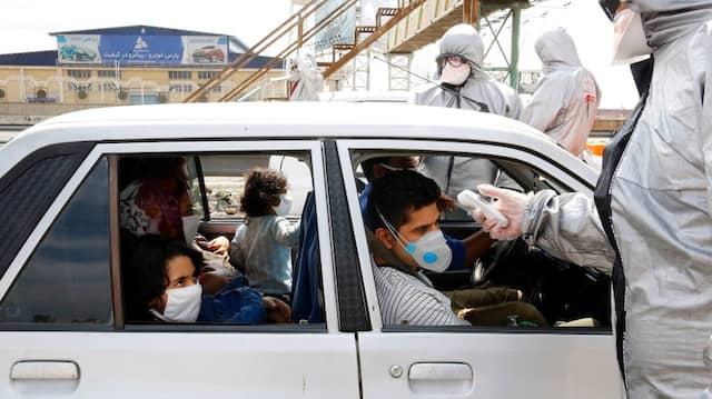 Mitarbeiter des Roten Halbmonds testen Personen auf der Autobahn von Teheran ins Elburs-Gebirge auf eine Coronavirus-Infektion.