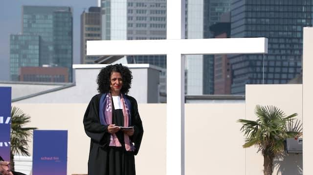 Liturgin Sarah Vecera eröffnet den Gottesdienst über den Dächern von Frankfurt.