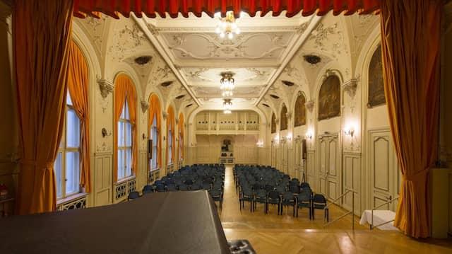 """Bühne frei: Die Frankfurter Loge """"Zur Einigkeit"""" öffnet ihren großen Saal – wenn nicht gerade eine Zeremonie stattfindet."""